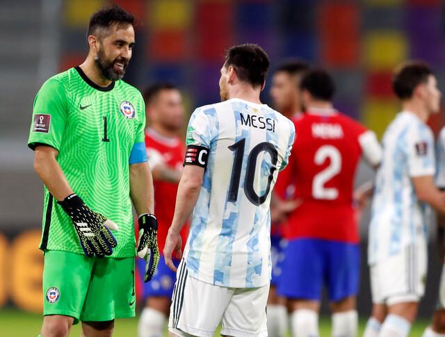Claudio Bravo vs Messi