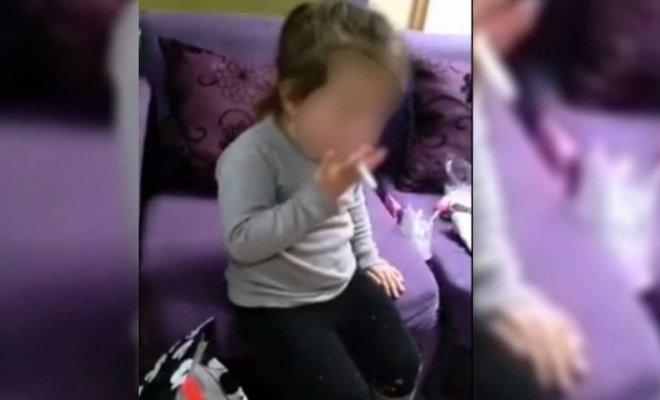 Niña de tres años es obligada a fumar por su mamá
