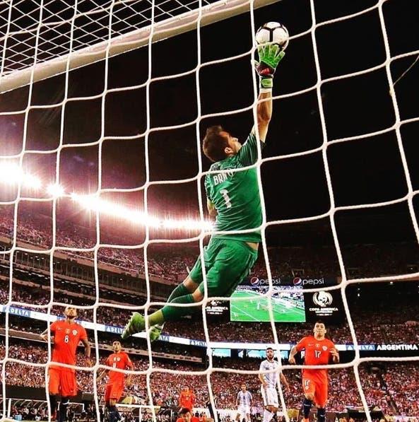 Claudio Bravo mencionó a La Tercera que su momento más emotivo fue en la Copa Centenario 2016.