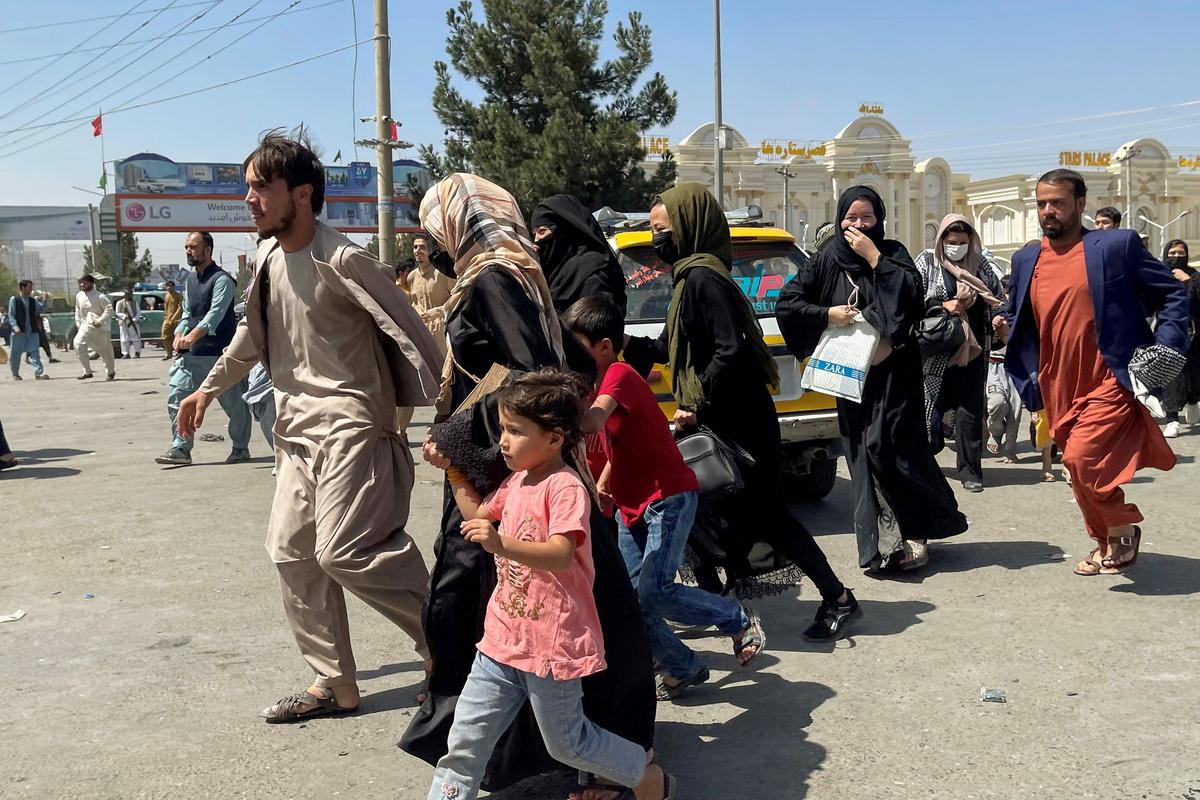 Impactante: Personas aglomeraron aeropuerto de Kabul para dejar Afganistán  » DUPLOS