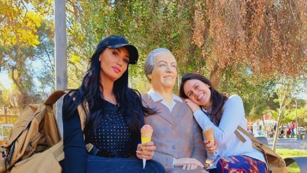 Pamela Díaz y Caro Varleta posando junto a Gabriela Mistral.